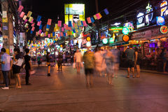 Patong Bangla路在晚上,普吉岛,泰国 免版税库存图片