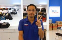 Patong - 26 MAART:  de camera's en de toebehoren van verkopersStore Stock Fotografie