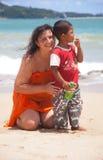 Patong - 03 MEI: De Russische vrouw koestert een Thais kind royalty-vrije stock fotografie