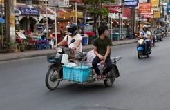 Patong - 4月26 :摩托车和minibike在Th街道上  图库摄影