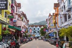 ПЛЯЖ PATONG, ТАИЛАНД - ОКОЛО СЕНТЯБРЬ 2015: Улицы городка пляжного комплекса Patong, пляжа Patong, Пхукета, Таиланда Стоковая Фотография RF