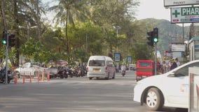 PATONG, PHUKET, TAILÂNDIA EM JULHO DE 2015: Tráfego da rua em Phuket Tailândia vídeos de arquivo