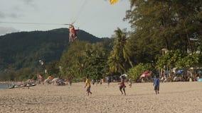 PATONG PHUKET, THAILAND JULI 2016: hoppa fallskärm på en tropisk strand stock video
