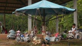 PATONG, PHUKET, THAILAND JULI 2016: Karussell in der thailändischen Provinz stock footage