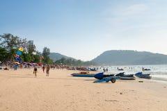 Patong strand med turister och sparkcyklar, Phuket, Thailand Royaltyfria Bilder