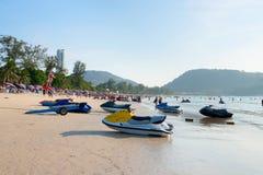 Patong strand med turister och sparkcyklar, Phuket, Thailand Fotografering för Bildbyråer