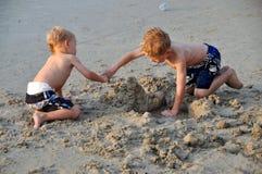 Patong, Tailândia: Miúdos que jogam na praia Foto de Stock