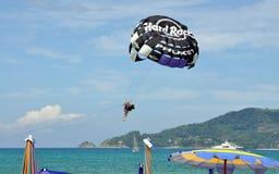PATONG, TAILÂNDIA: Paragliding na praia Imagens de Stock