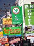 Patong, Tailândia: Sinais do negócio & da loja fotos de stock royalty free