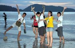 Patong, Tailandia: Anni dell'adolescenza sulla spiaggia Fotografia Stock Libera da Diritti
