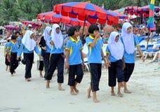 Patong, Tailandia: Estudiantes en la playa Imagen de archivo libre de regalías