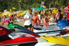 Patong, Tailândia: Homem que movimenta-se na praia de Patong Foto de Stock Royalty Free
