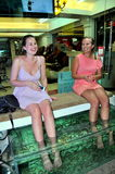 Patong, Thaïlande : Deux femmes ayant le massage de poissons Photos stock