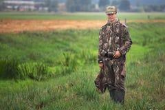 Patos da caça do homem nos pantanais Foto de Stock Royalty Free
