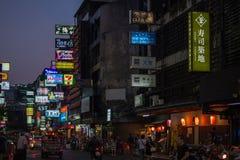 Patpong nattmarknad på silomvägen arkivfoton