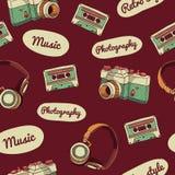 Patrón inconsútil en estilo retro Cámara, audio Imagen de archivo
