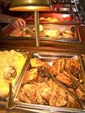 Patrón que visita una línea de la comida fría Fotos de archivo libres de regalías