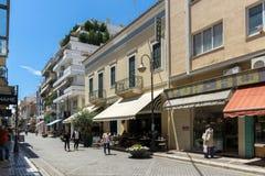 PATRAS, GRIEKENLAND 28 MEI, 2015: Typische straat in Patras, de Peloponnesus, Griekenland Royalty-vrije Stock Afbeeldingen