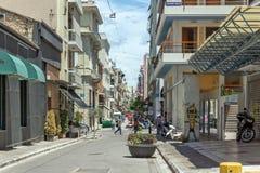 PATRAS, GRIEKENLAND 28 MEI, 2015: Typische straat in Patras, de Peloponnesus, Griekenland Royalty-vrije Stock Afbeelding