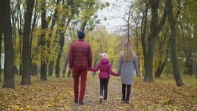 Patrents felices que gozan del aire fresco en naturaleza del otoño almacen de video