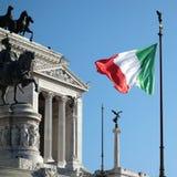 Patria d'ondeggiamento dell'altare della bandiera italiana Fotografia Stock