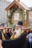 Patriarcado ucraniano de Moscou da igreja ortodoxa dos paroquianos durante a procissão religiosa Kiev, Ucrânia Imagem de Stock Royalty Free