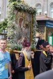 Patriarcado ucraniano de Moscou da igreja ortodoxa dos paroquianos durante a procissão religiosa Kiev, Ucrânia Fotografia de Stock