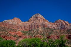 Patriarcas surpreendentes Zion National Park da paisagem três, no fundo bonito do céu azul foto de stock royalty free