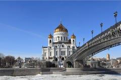 Patriark- bro för patriarkat, Moskvaflod och domkyrkan av Kristus frälsaren i den tidiga våren royaltyfria foton
