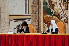 Patriark Kirill och biskop Panteliymon på den kyrkliga kongressen mos Arkivbild