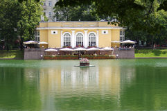 Patriarshi ponds and outdoor cafe in Moscow Royalty Free Stock Photos