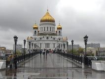 Patriarshy bro och domkyrkan av Kristus frälsaren i Moskva i regnigt väder Royaltyfria Foton