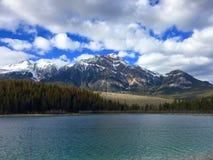 Patricia Lake & pyramidberg, Jasper National Park, Alberta, Kanada arkivbilder