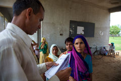 Patrients que enfileira-se para ter uma consulta médica livre na Índia Foto de Stock Royalty Free