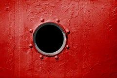 Patrijspoort op rode muur van oud schip Royalty-vrije Stock Fotografie