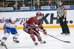 Patrik Hersley L i Linus Videll R podczas KHL gry między Dinamo Ryskim vs, SKA święty Petersburg fotografia royalty free