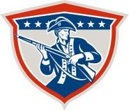 Patriota americano que sostiene el escudo del rifle del mosquete retro Foto de archivo