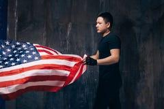 Patriota di U.S.A. con la bandiera nazionale ed il tatuaggio di volo Immagini Stock