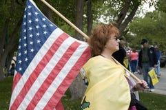 Patriota do partido de chá que carreg a bandeira dos E.U., Denver Fotos de Stock Royalty Free