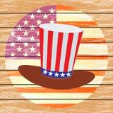Patriota em um chapéu e com uma bandeira Quarto de julho Imagens de Stock Royalty Free