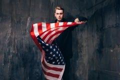 Patriota maschio di U.S.A. con la bandiera nazionale di volo Immagine Stock Libera da Diritti