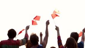 Patriotas chinos con las banderas, opinión de la parte posterior almacen de metraje de vídeo