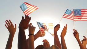 Patriotas que agitan banderas de América metrajes