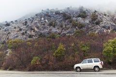 Patriote d'UAZ sur la route de montagne, vue de côté Photo stock