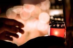 Patriotes lettons allumant des bougies en tant que combattants tombés d'une liberté d'hommage photographie stock libre de droits
