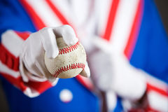 Patriotisch: Einen Baseball heraus halten Lizenzfreie Stockfotografie