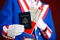 Patriotisch: Halten eines Passes und des Flugtickets Lizenzfreie Stockbilder