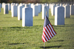 Patriotische amerikanische Flagge im Kirchhof Stockfotos