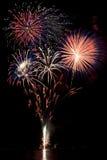 Patriotische farbige Feuerwerke, die über Wasser sich reflektieren Lizenzfreies Stockfoto