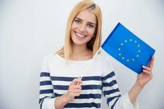 Patriotische Frau, die europäische Flagge hält stockfotografie